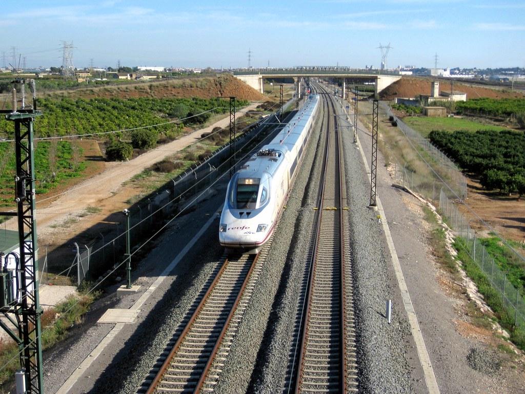 Tren AVE de Renfe (Valencia-Madrid) a su paso por QUART DE… | Flickr