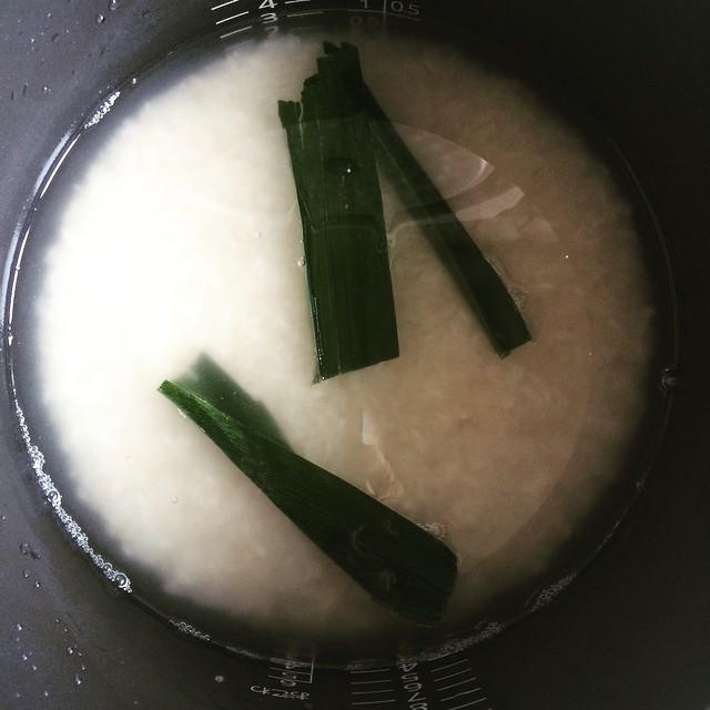 タイ米を炊きます。 パンダンリーフも入れて香りをつけます。  #自家製タイカレー