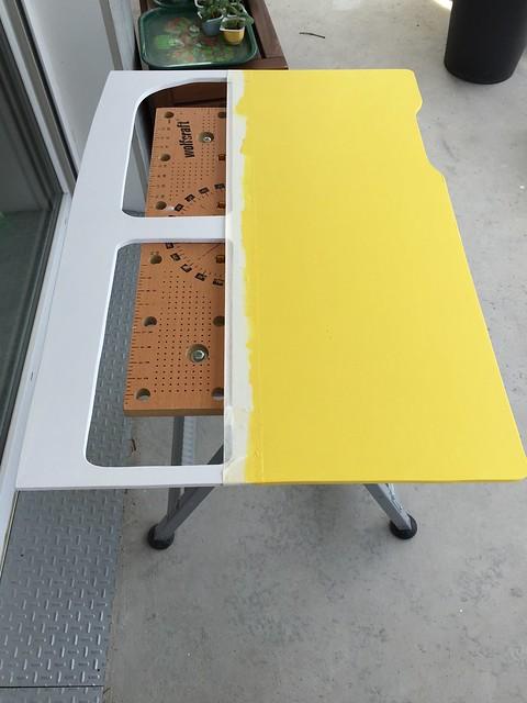 La porte du van avec du jaune