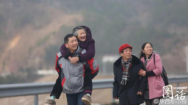 Sichuan police 19 years without home, back before the Spring Festival in Hubei province to visit relatives with mother cry
