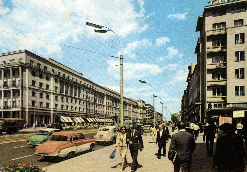Aleje Jerozolimskie, les allées de Jérusalem, l'une des artères principales de Varsovie sur une carte postale des années 1970.