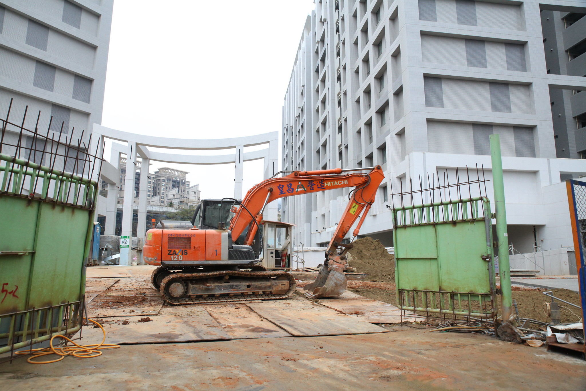 皇昌承包的公共建設,是透過移工提供的廉價勞動力才得以完成。(攝影:陳逸婷)