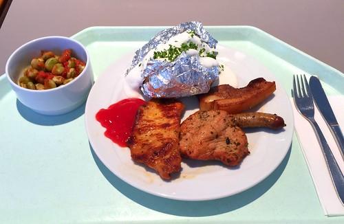 Grillteller mit mariniertem Schweine- und Putensteak, Würstchen & Wammerl, dazu Ofenkartoffel & Quarkdip