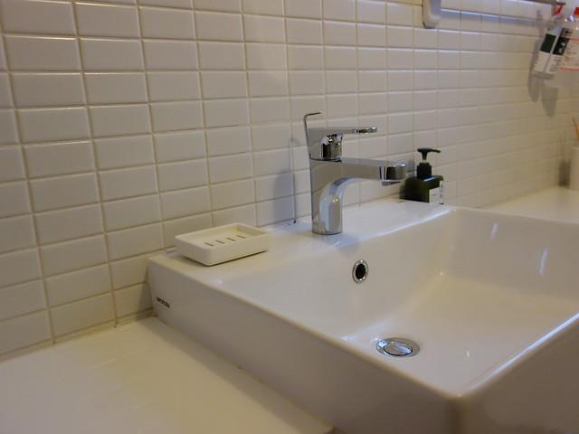 二樓廁所,牆壁上的白水泥填縫完全沒有發黑的痕跡,各處都掃得乾淨,連水漬都沒見著 @花蓮小晴天旅宿