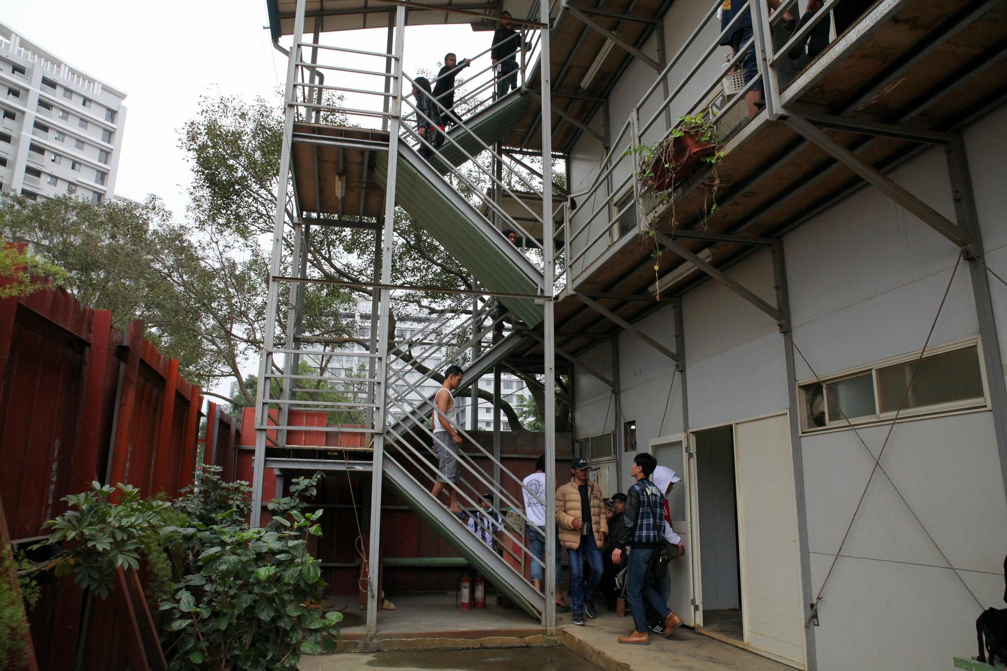 三層樓的移工宿舍,二樓三樓共有兩個大房間,每間可容納五十人左右的床位。一樓有共用的衛浴。(攝影:陳逸婷)