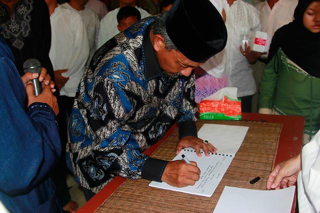 Wakil Walikota Bekasi Tanda Tangan untuk Prasasti
