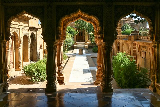 Garden view from Amar Sagar Jain temple, Jaisalmer, India ジャイサルメール アマルサガルのジャイナ教寺院から見た庭