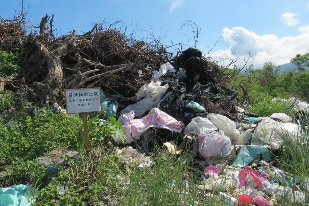 20160911_禁倒垃圾漂流木堆。荒野保護協會台東分會提供