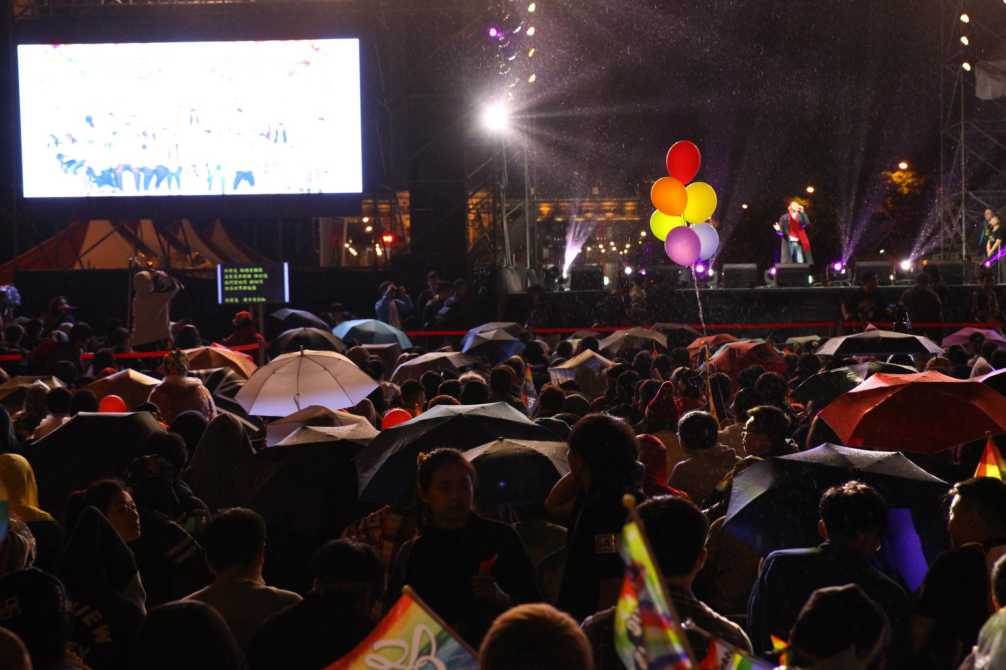 晚間,雨勢一度轉大,凱道上民眾未見減少。(攝影:陳逸婷)