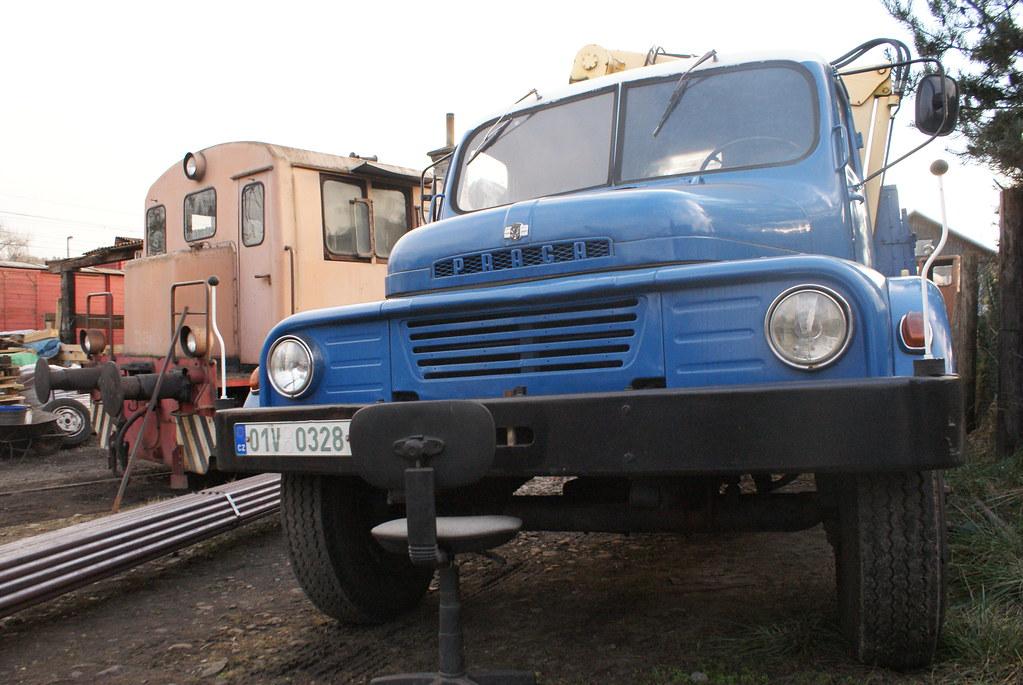 Un camion Praga dans l'atelier de réparation à Prague.