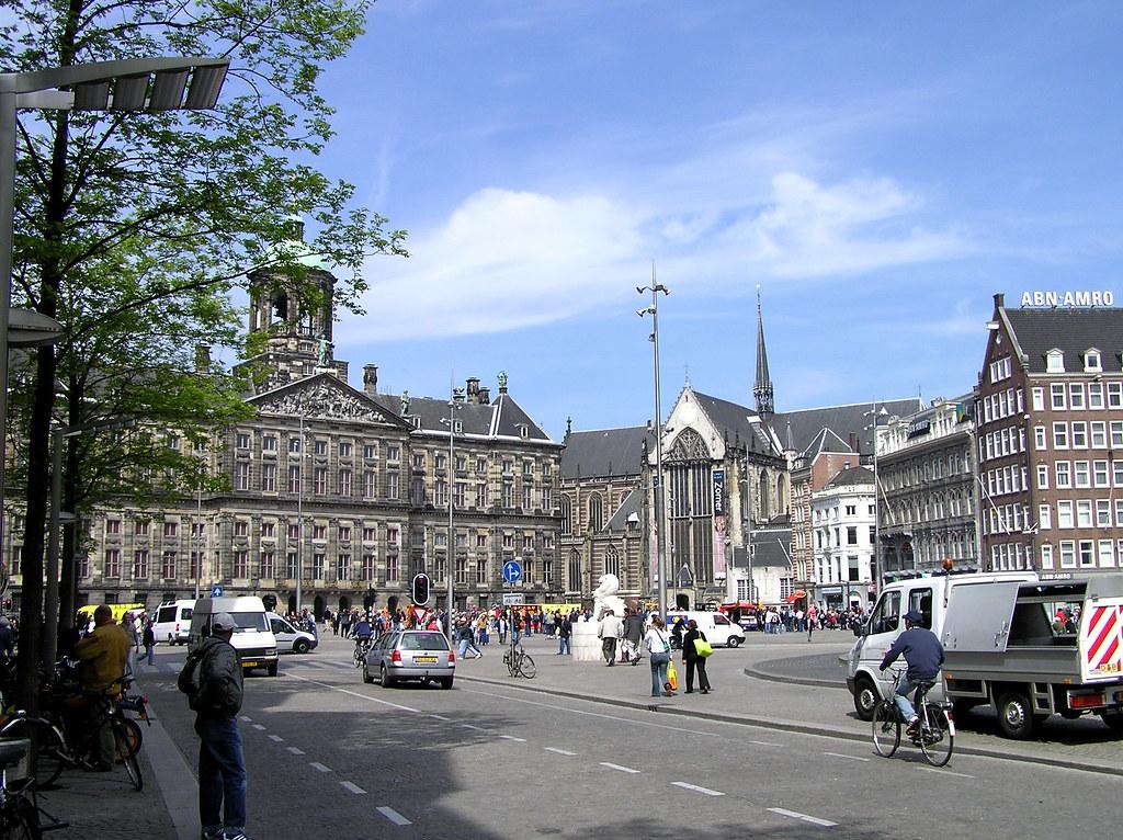 Amsterdam 39 s dam square the royal palace facing dam for Appartamenti piazza dam amsterdam