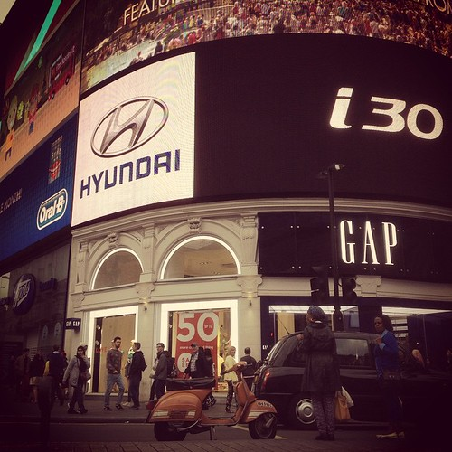 Piccadilly Circus in vespa