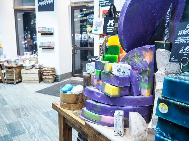 PB187880.jpgLushHelsinkiMyymälä,PB187881.jpgLushHelsinkiSaippuat, lush, kosmetiikka, cosmetic, liike, kauppa, myymälä, shop, store, helsinki, aleksanteirnkatu, saippuat, soap, beauty, kauneus,