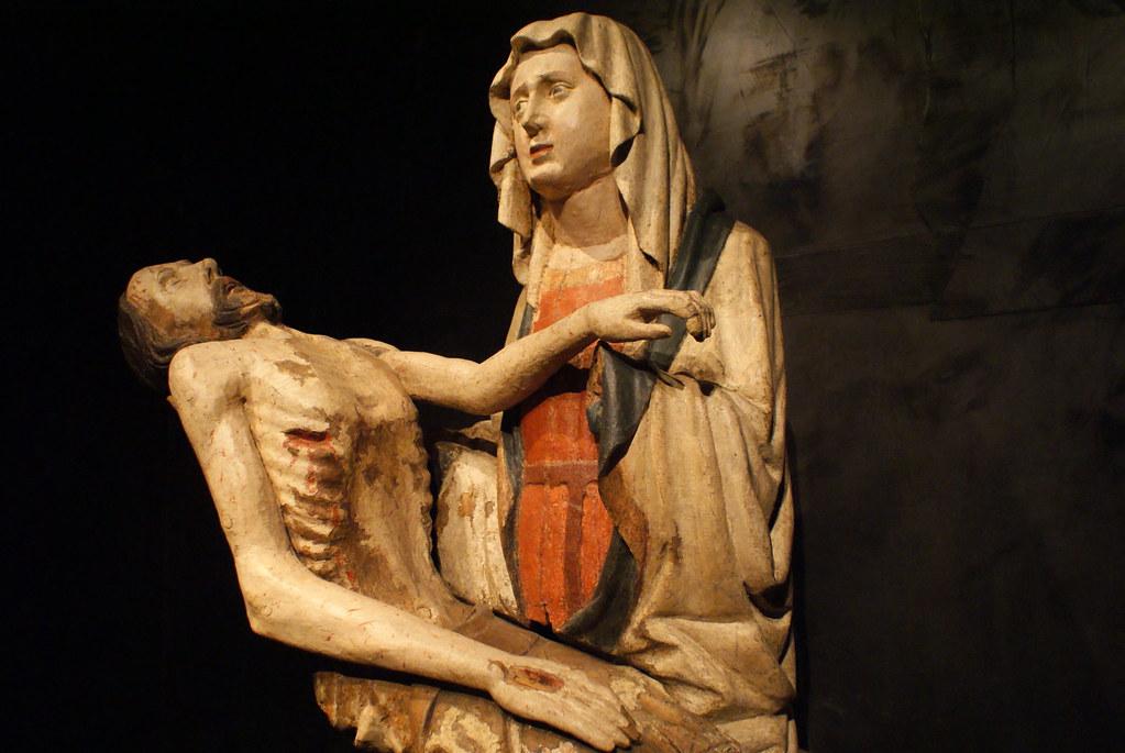 Pieta sculptée en bois, la Vierge Marie recueille son fils descendu de sa croix. Au couvent Saint Agnès à Prague.