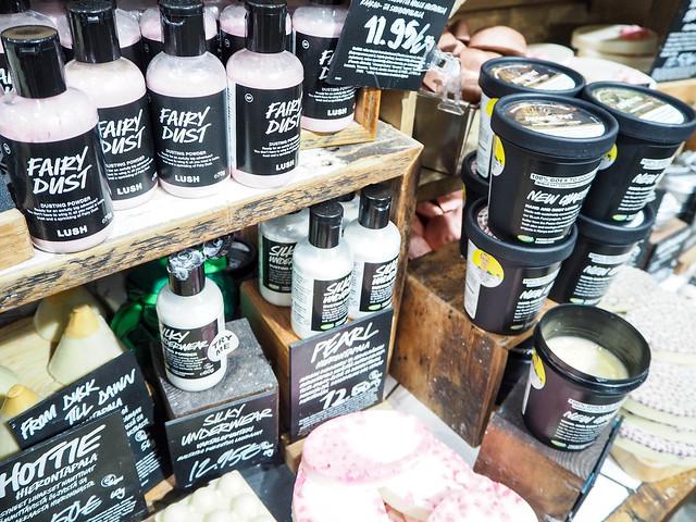PB187886.jpgLushHelsinkiFairyDust,PB187887.jpgLushHelsinkiFinlandStore, vartalopuuteri, body powder, fairy dust, pinkki, pink, pehmeä, soft, cotton candy scent, hattarantuoksu, keijupöly, fairy dust,