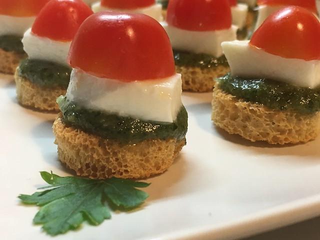 Canapés de pesto con queso y tomates
