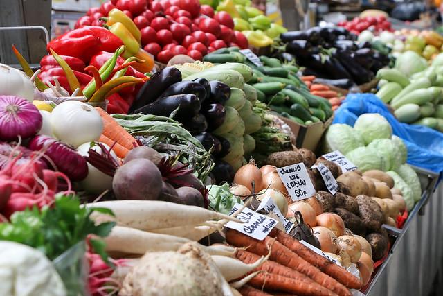 Colorful fresh vegetables in the Kuznechny market, Saint Petersburg, Russia サンクトペテルブルク、クズニェーチヌイ市場のカラフルな野菜売り場