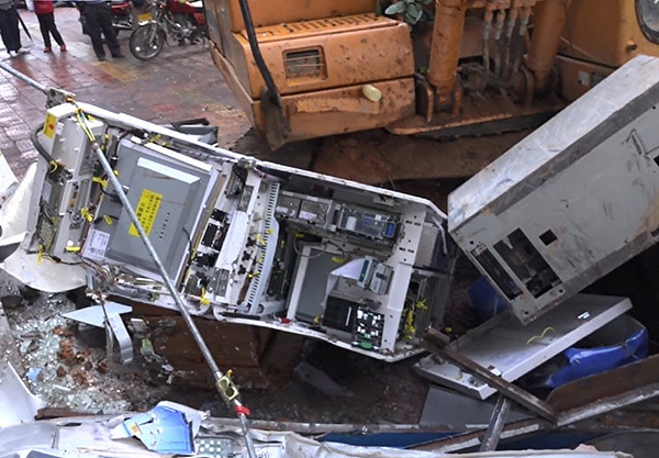 Guangdong men excavator 4 automatic teller machines damaged, causing no loss of cash