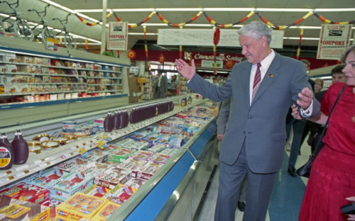 An amazed Boris Yeltsin doing his unscheduled visit to a Randall's supermarket in Houston, Texas, 1990.