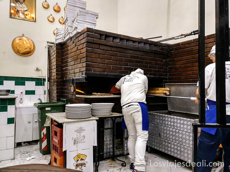 paseos por Nápoles pizzería Antica da Michele