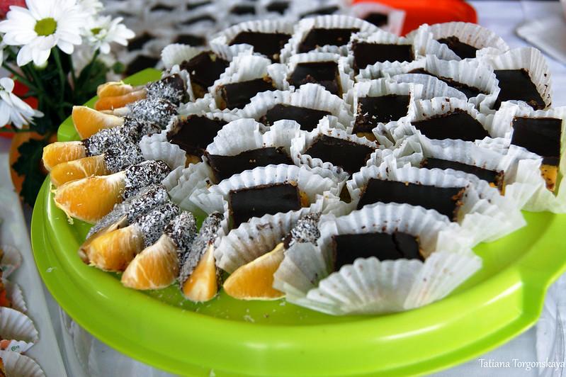 Пирожные и дольки апельсина в шоколаде