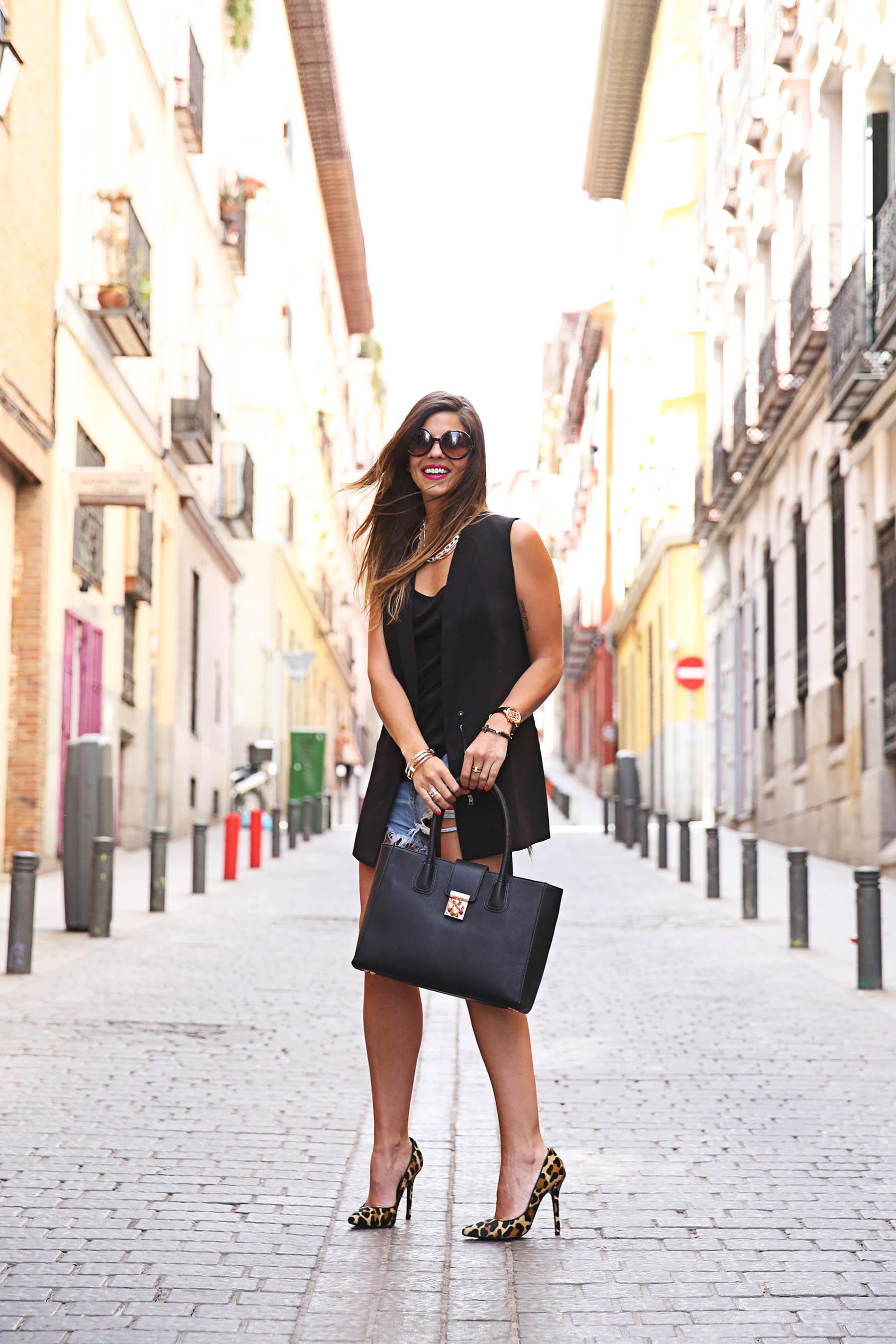 trendy-taste-look-outfit-street-style-ootd-blog-blogger-fashion-spain-moda-españa-leo-print-estiletos-mas34-leather-bag-denim-shorts-vaqueros-rotos-3