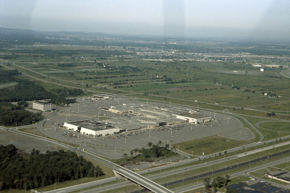 Carrefour laval vue aerienne 1976 sa construction for Piscine laval 53