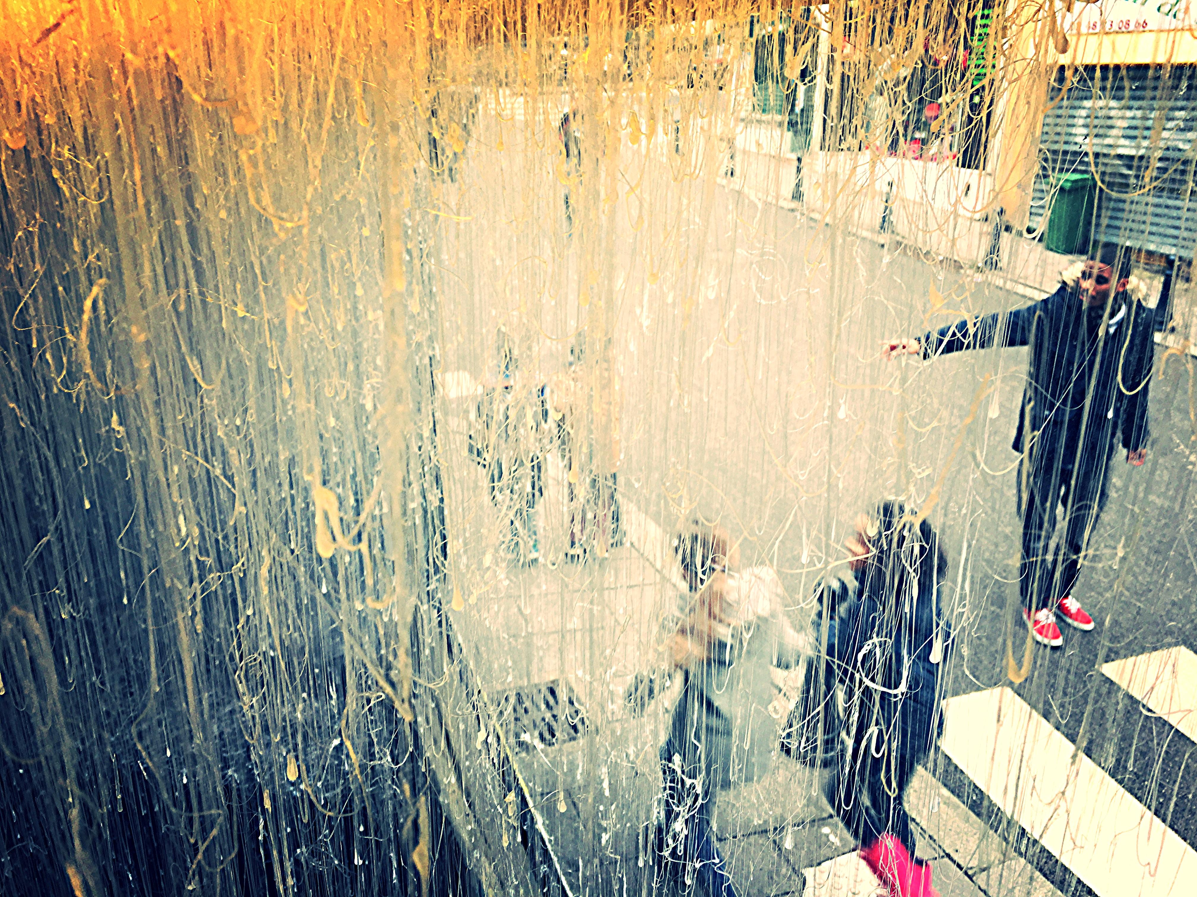 Vue plongeante sur des enfants, derrière un rideau de matière à La Galeru, Fontenay-sous-Bois