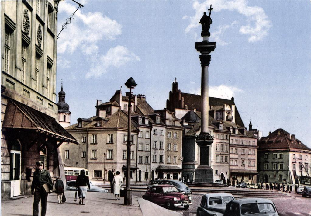 Carte postale ancienne : Place du Palais Royal devant la Vieille Ville de Varsovie dans les années 1950 après sa reconstruction partielle.