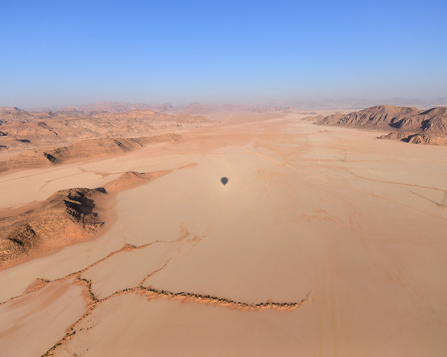 Silueta de nuestro globo sobre una inmensa llanura en mitad del desierto de Wadi Rum