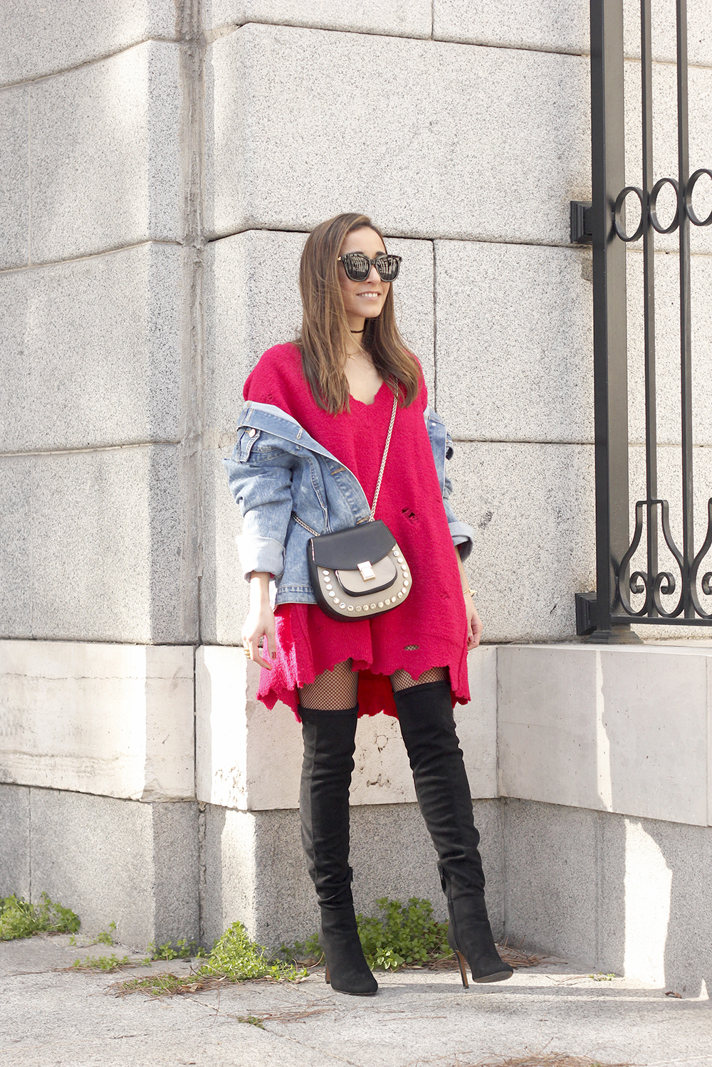 ripped sweater dress jersey rotos over the knee boots denim jacket uterqüe bag02