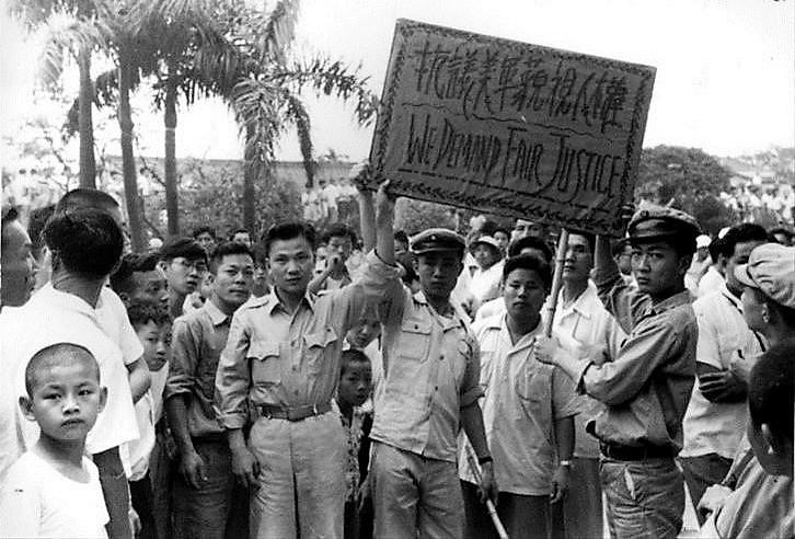 1957年,時為成功高中學生的陳映真(右二)參加反美示威,抗議駐台美軍士兵無故槍殺劉自然。(圖片來源:國家人權博物館籌備處)
