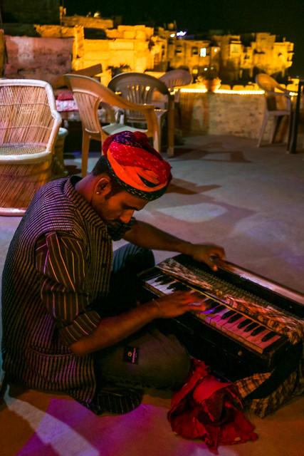 Strolling musician in Jaisalmer Fort, India ジャイサルメール・フォートのカフェで演奏する流しのミュージシャン