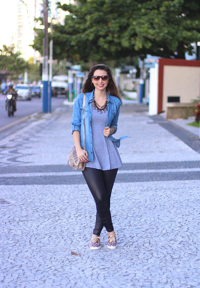 1-look básico com camisa jeans e tenis jana taffarel