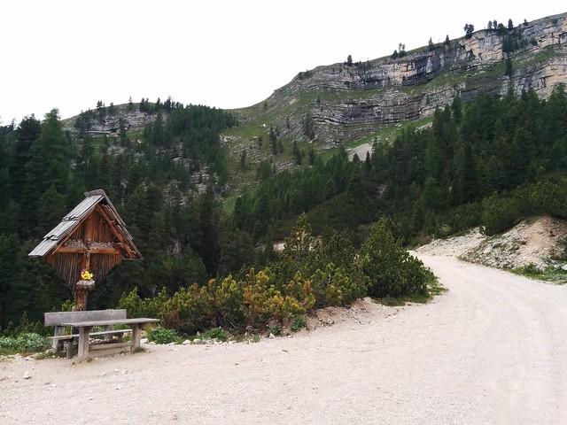 Schönes Wegkreuz, kurz vor der ersten Hütte