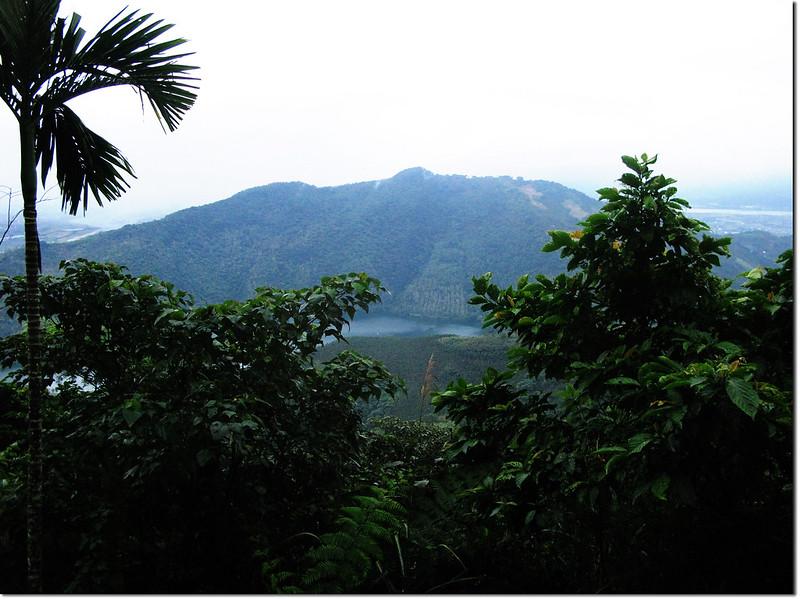 伍伴山產道東南眺鯉魚山、鯉魚潭
