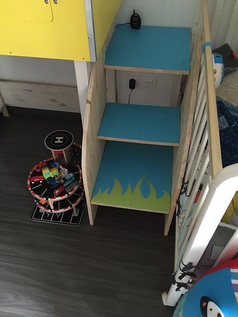 Escalier permettant l'accès a une enfant de 2 ans