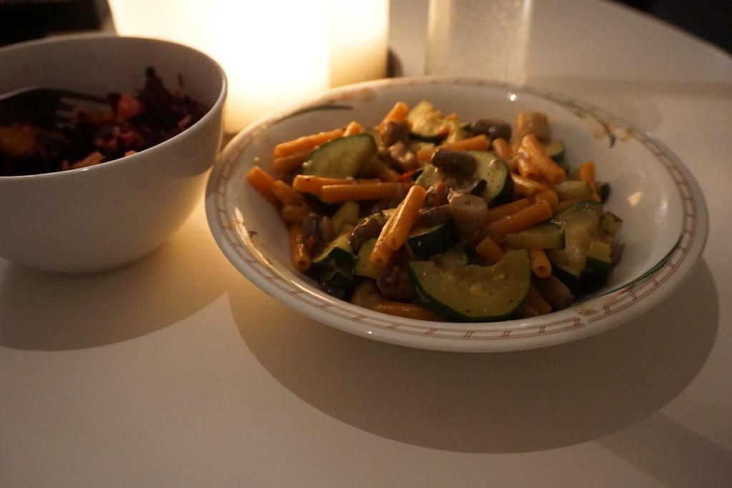 En dag med bara vegetariskt - Chilifrästa champinjoner med zucchini och linspasta