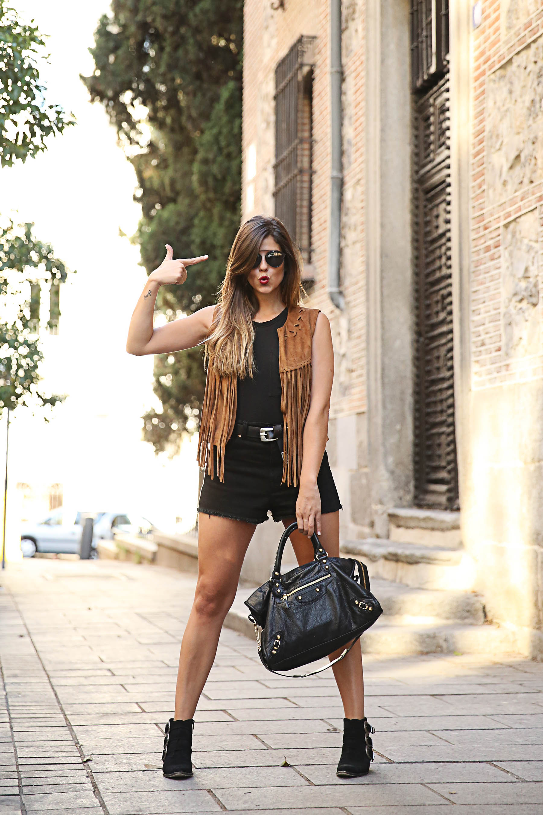 trendy-taste-look-outfit-street-style-ootd-blog-blogger-fashion-spain-moda-españa-chaleco-flecos-fringed-vest-balenciaga-mustt-botines-camperos-shorts-negros-dior-sunnies-gafas-8