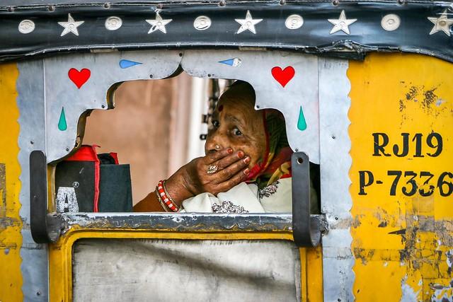 Woman in a auto rickshaw, Jodhpur, India ジョードプル オートリキシャーに乗った女性