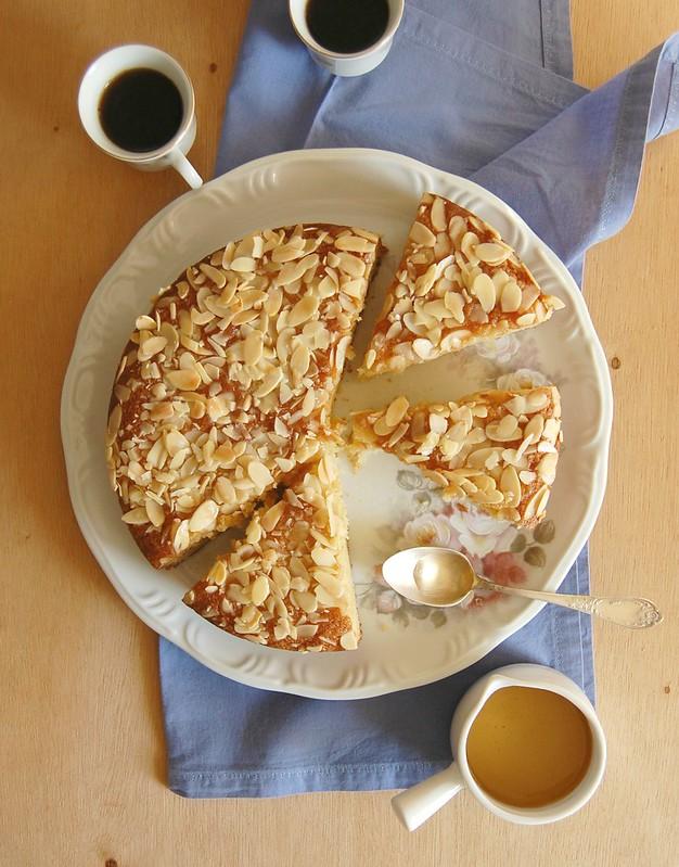 Almond syrup cake / Bolo de amêndoa com calda