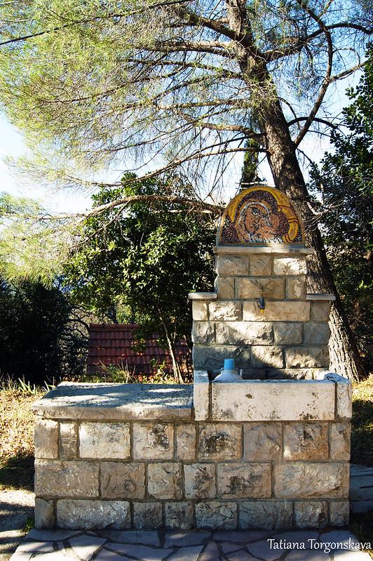 Вода возле церкви