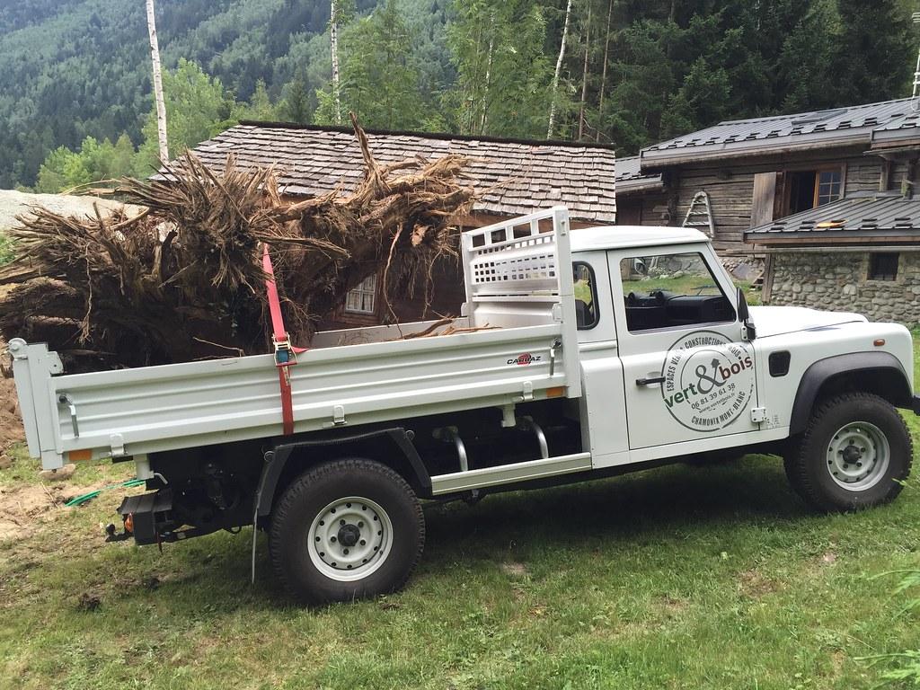 Range Rover Defender Pickup >> Transport d'une souche d'Épicéa - Defender 130 benne - jui…   Flickr