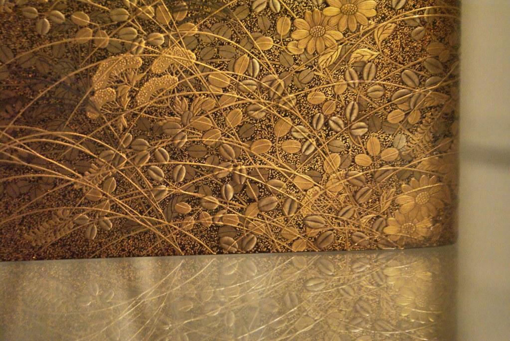 Exemple d'objet décoratif aux motifs végétaux repris par les artistes art nouveau. Au musée d'art asiatique de Prague.