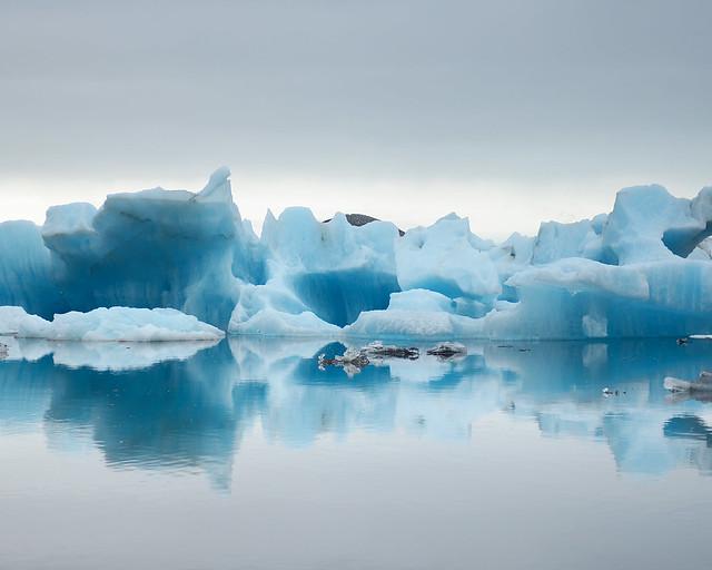 Preciosos icebergs de color azul de Islandia y su laguna