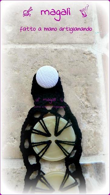 collarino e bracciale nero con bottoni beige