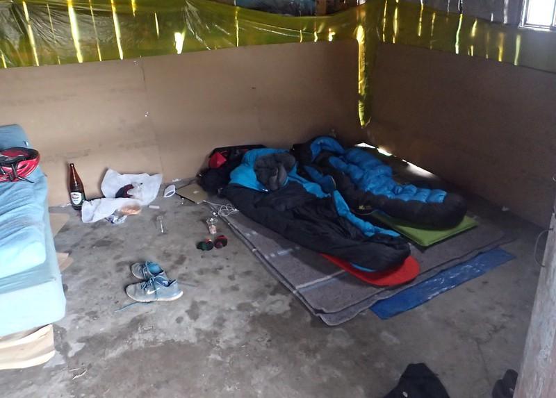 """""""Habitación muy limpita"""" en Carrizales (por eso durmimos en el suelo)."""