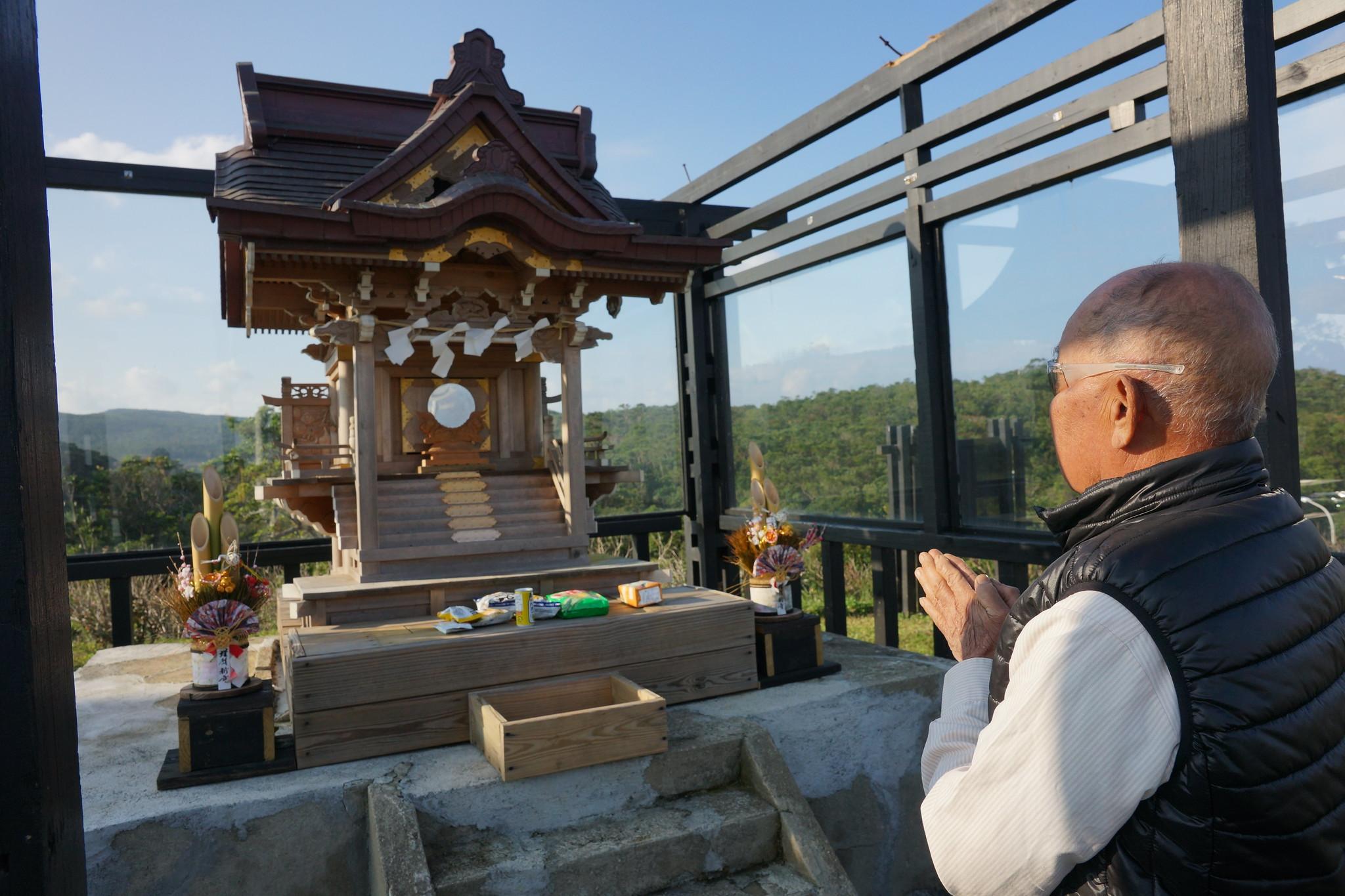 訪談結束前,耆老陳清福雙手合十向神社替記者祈福。(攝影:王顥中)