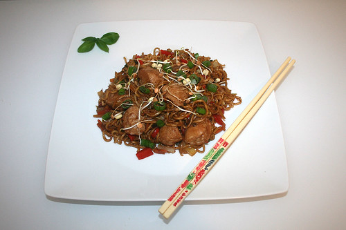 56 - Fried mie noodles with teriyaki turkey - Served / Gebratenen Mie-Nudeln mit Teriyaki-Pute - Serviert