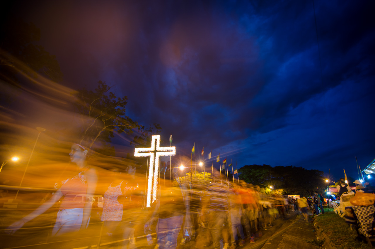 Los caminantes avanzan hacia la ciudad de Caacupé acelerando los pasos a medida que estaban cerca. La Cruz del Peregrino es justamente, desde hace muchos años, una referencia para el caminante de que ya falta poco. (Elton Núñez).